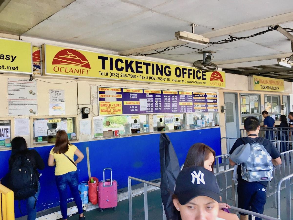 フェリーターミナルの入り口前でボホール島行きチケット購入
