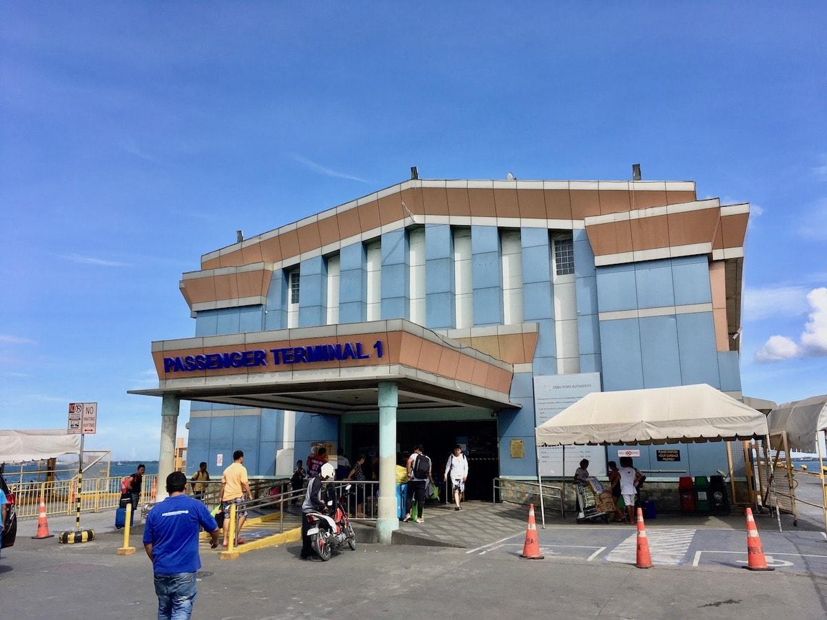 セブ港のフェリーターミナルの建物内でチェックイン