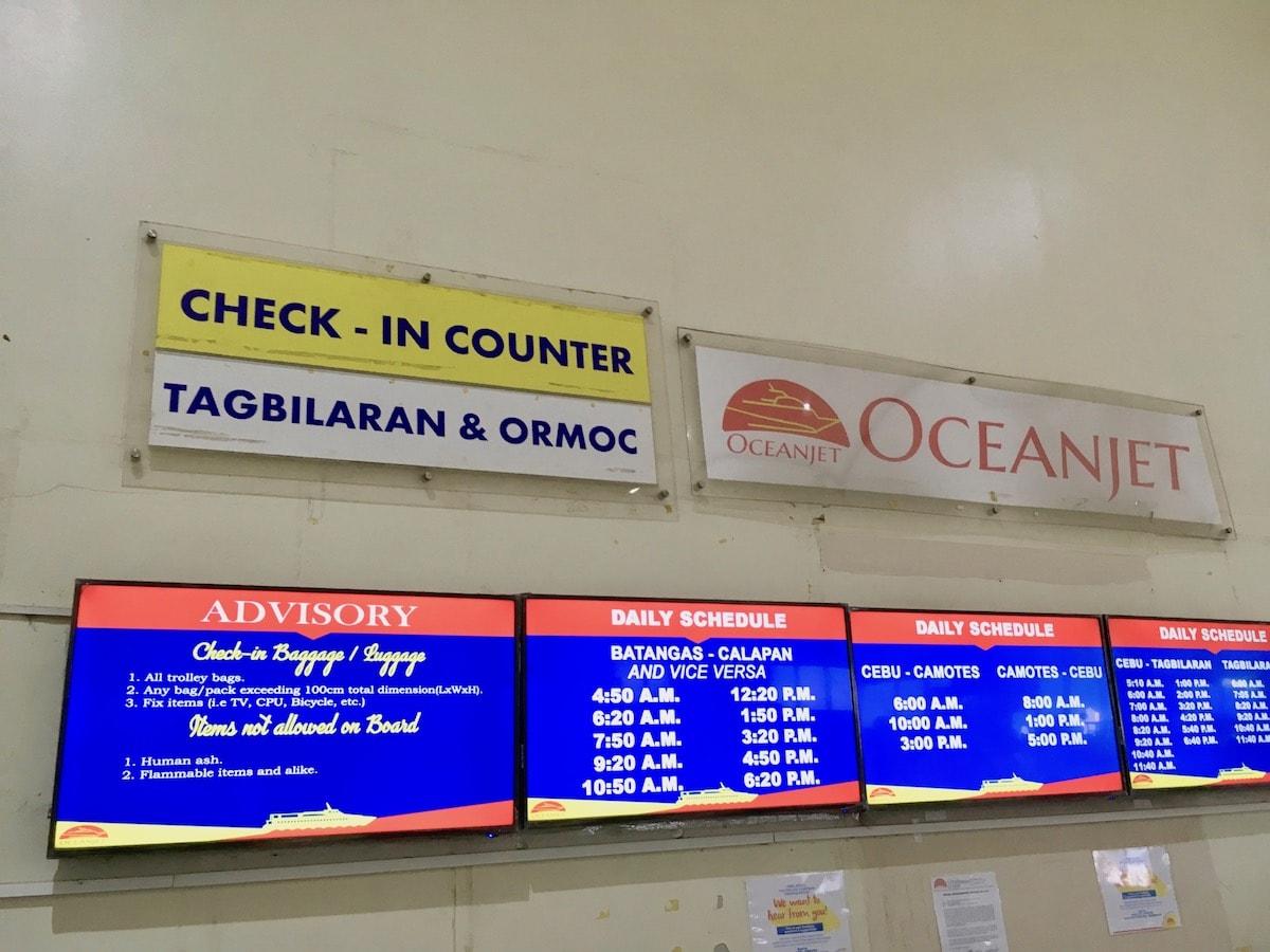 フェリーターミナル内のチェックインカウンター