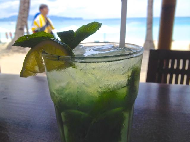 ボラカイ島ビーチサイドのバーで飲むモヒート