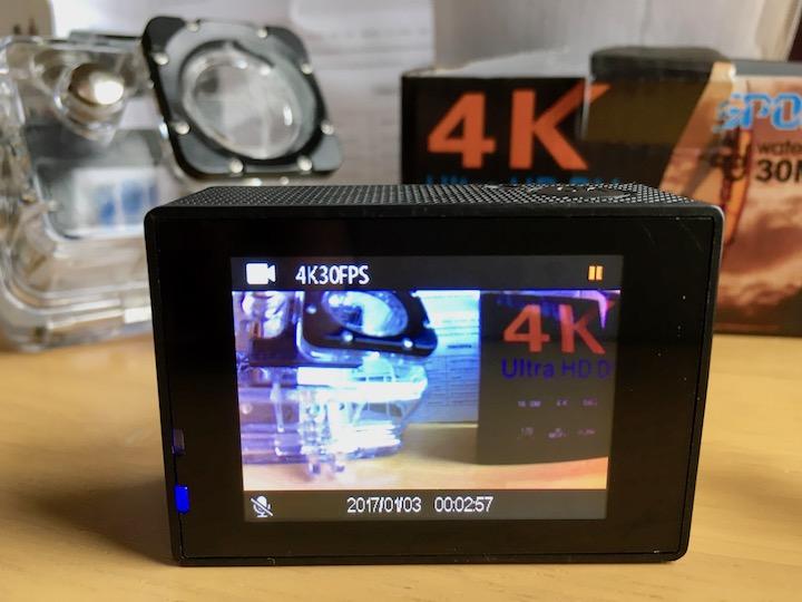 4Kアクションカメラの液晶ディスプレイ
