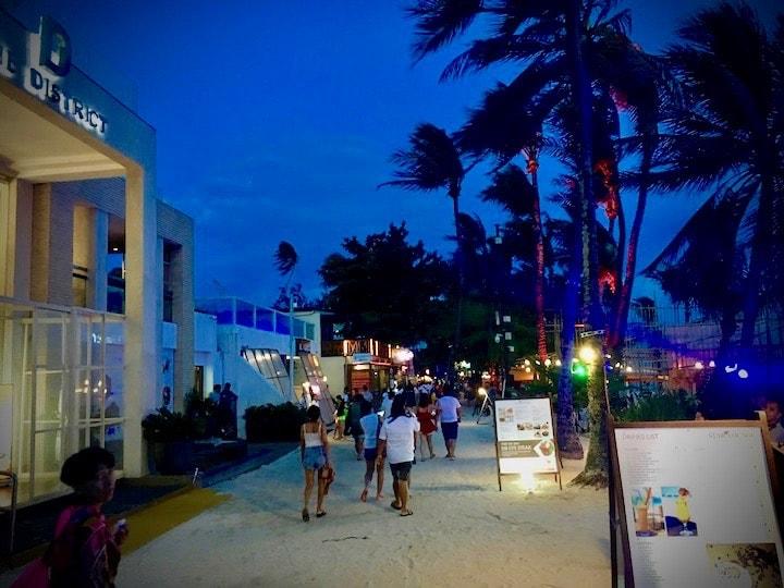 ボラカイ島の夜遊びスポットホワイトビーチ沿いのビーチバー