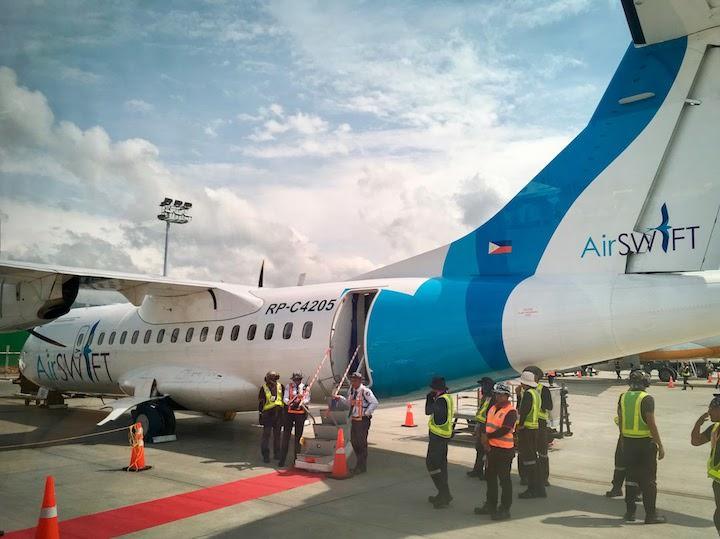 エアスイフトの機体搭乗口前にはレッドカーペット