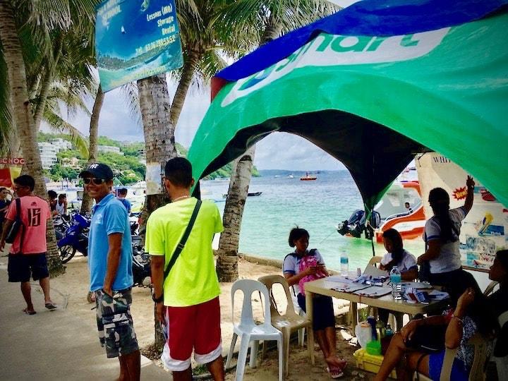 ボラカイ島のビーチでツアー参加手続き
