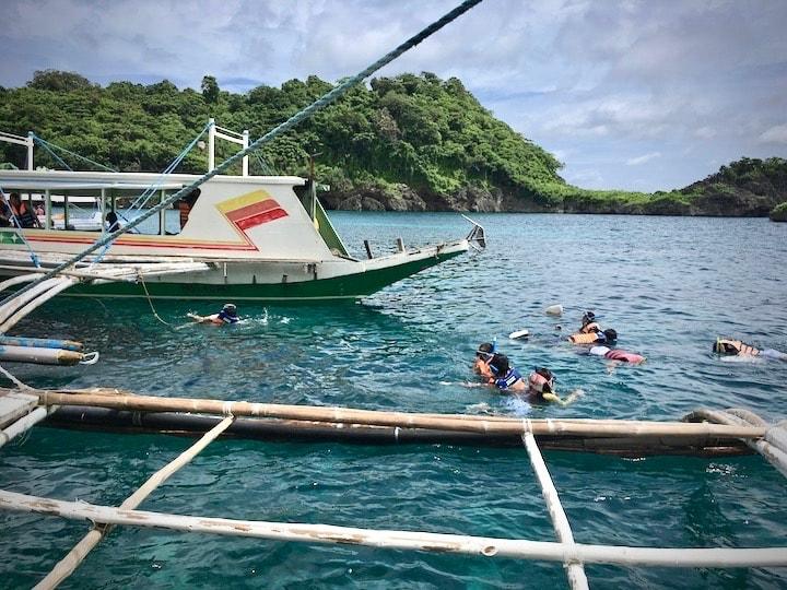 ボラカイ島周辺の海でシュノーケリングタイム