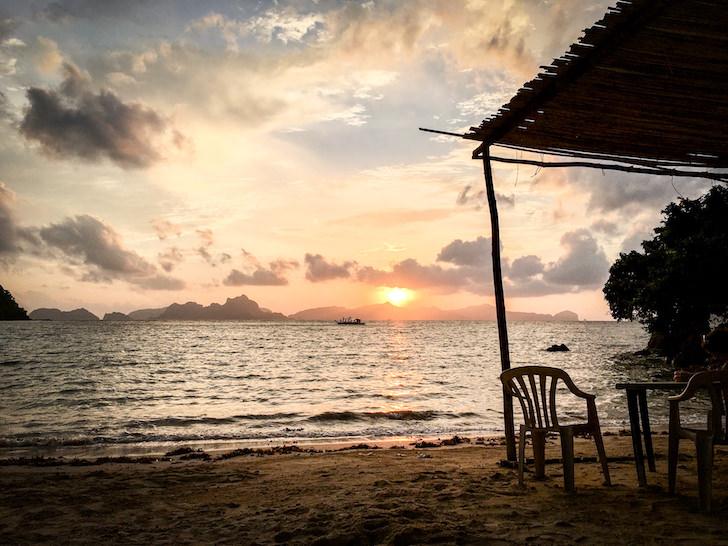 エルニドのラス・カバナスビーチのサンセット