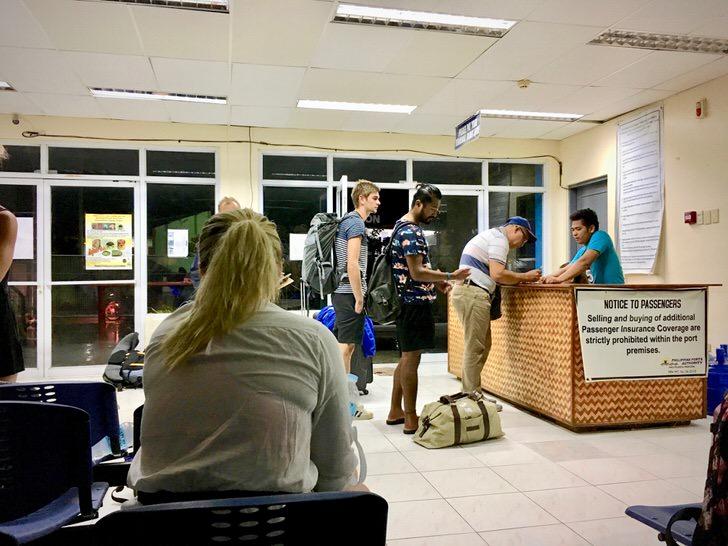 コロン島行きフェリーターミナルの待合室で受付+待機