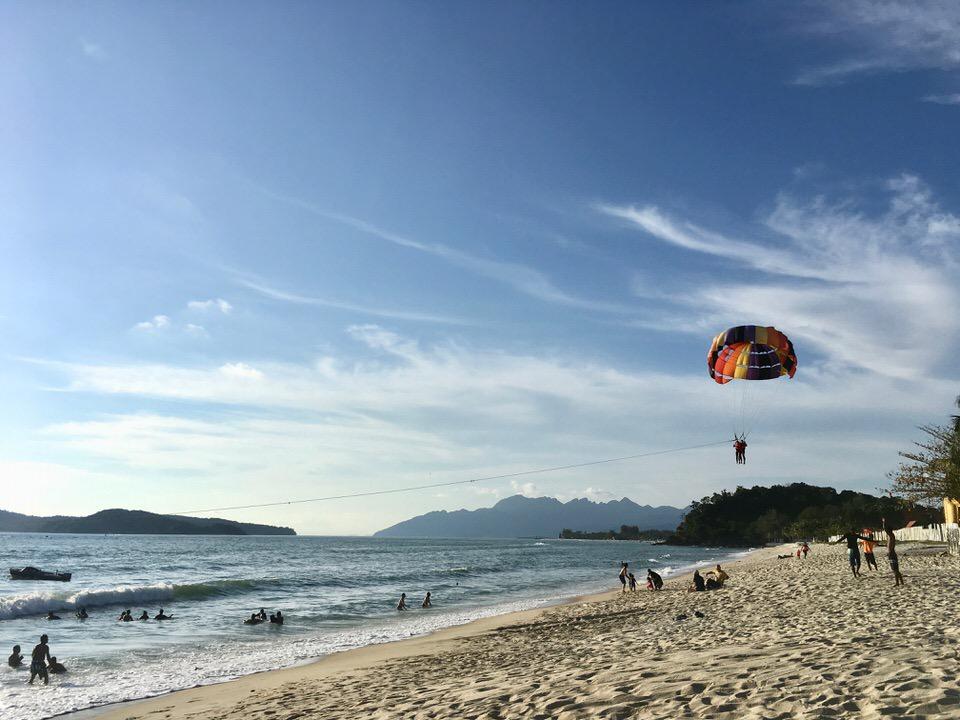 ランカウイ島のビーチでパラセイリング