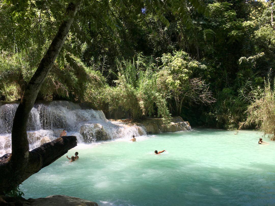 クアンシー滝の神秘的な滝壺と川遊び