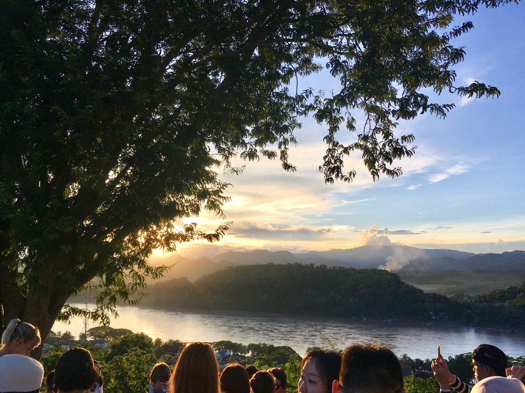 ルアンパバーンのプーシーの丘から眺める夕日