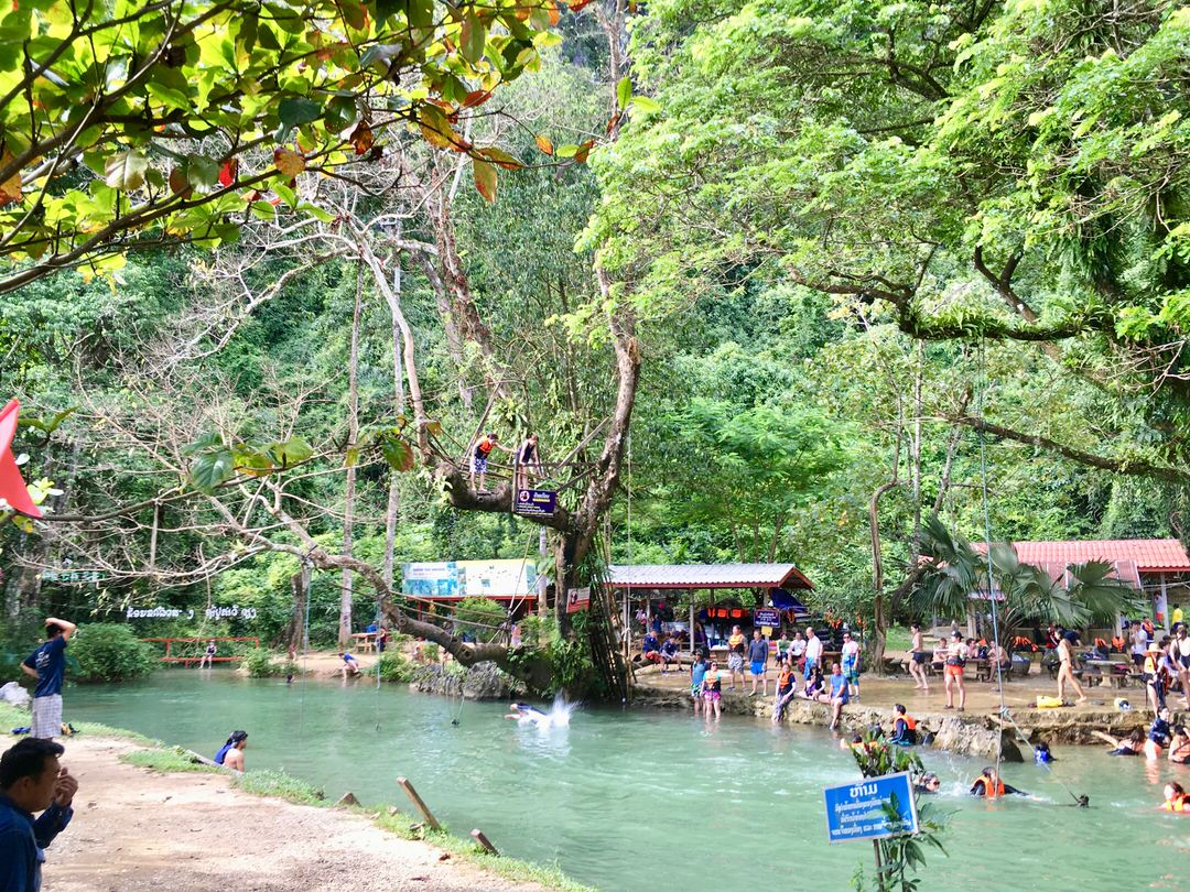 ブルーラグーンはバンビエン観光の人気スポット