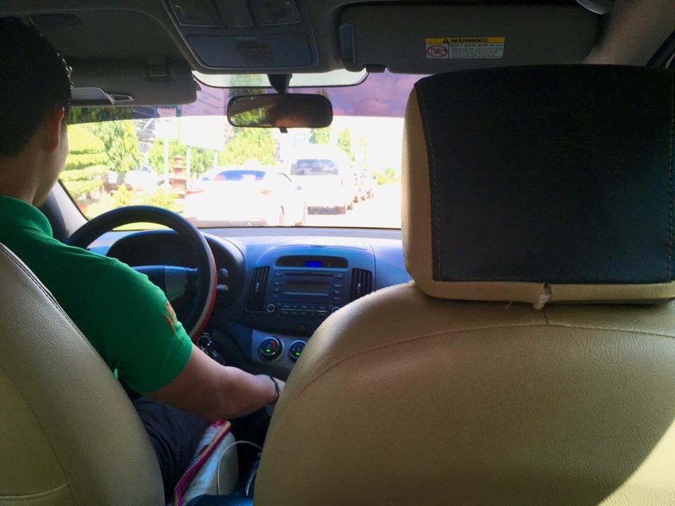 空港からビエンチャン市内のホテルまでタクシー移動