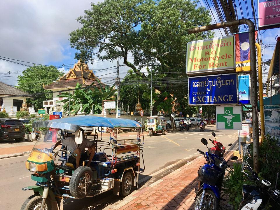 空港からタクシーでビエンチャン市内へ移動