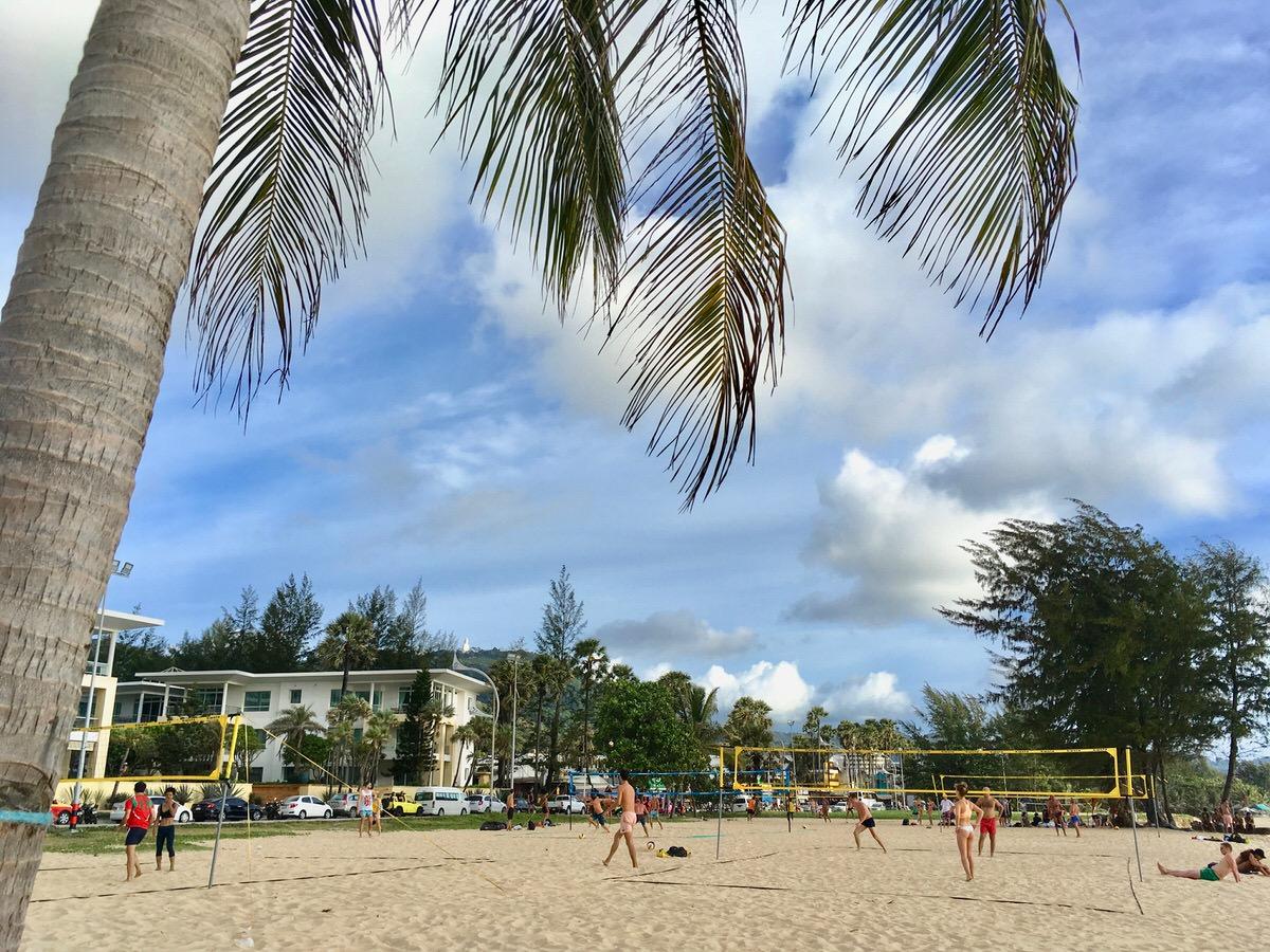 プーケット島のカロンビーチでビーチバレー