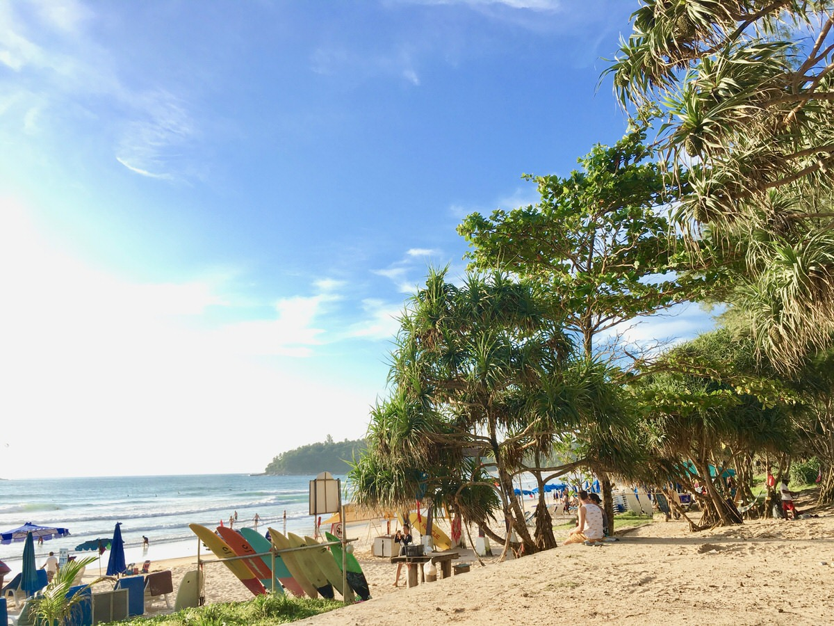 プーケット島のカタビーチでサーフィン