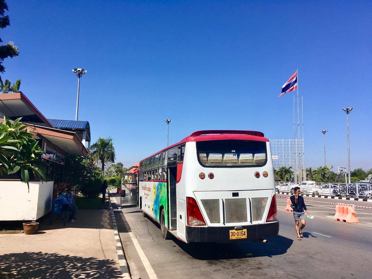 タイラオス友好橋をバスで移動
