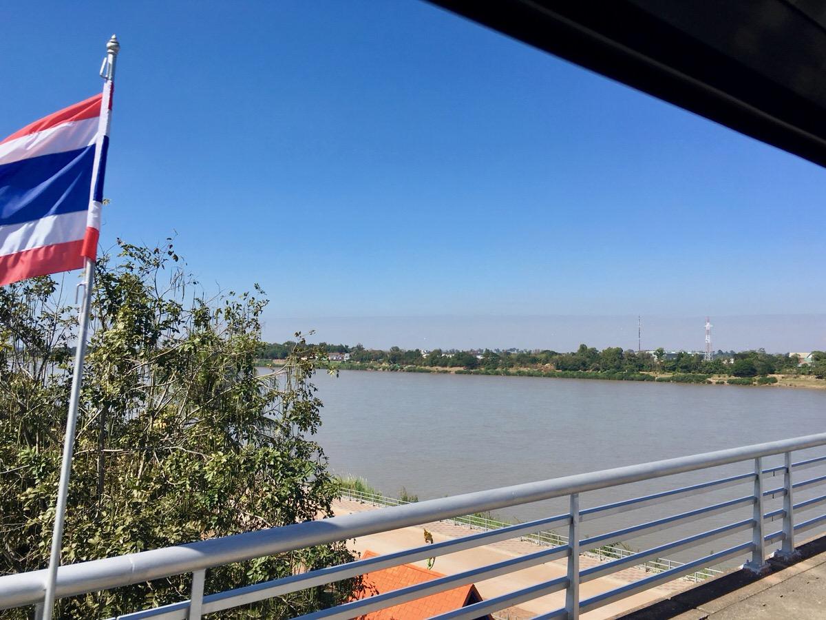 タイとラオス国境のメコン川をバスで渡る