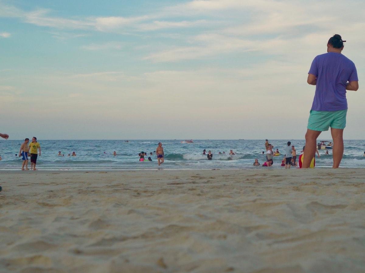 ダナンのビーチに集まる子連れ家族旅行者
